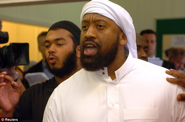 Predicador de odio británico Trevor Brooks, también conocido como Abu Izzadeen (en la foto en 2006), que ha sido prohibido salir del Reino Unido después de la financiación del terrorismo, se ha celebrado en Hungría - y dio a los oficiales del Corán por ID