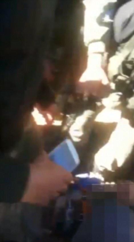 El video fue publicado en Twitter por un hombre que se cree que es un soldado rebelde sirio-turkmeno