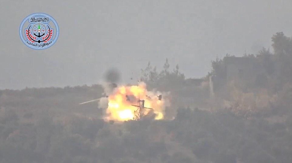 Fuego: El Ejército Libre de Siria afirma que este es el momento en que se destruyeron un helicóptero del ejército ruso, que había sido enviado en una misión de búsqueda y rescate para salvar a los dos pilotos rusos del avión que fue derribado por Turquía de esta mañana