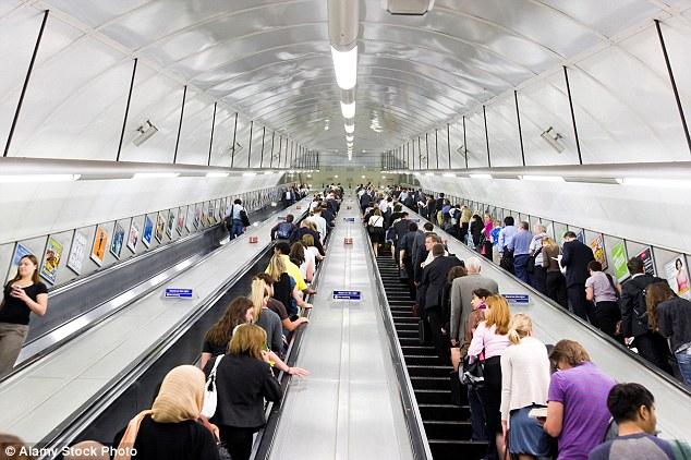 Posicionarse en la parte derecha de las escaleras británicas: todo un gesto británico. Foto cortesía de Daily Mail.