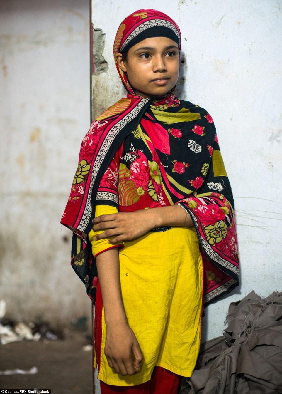 Shanta, 11, (en la foto) ha trabajado en una fábrica de ropa informal durante un año.  Ella es originaria del Distrito Madaripur, Bangladesh