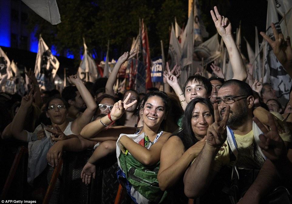 Los partidarios de la presidenta argentina Cristina Fernández de Kirchner asisten a un mitin de despedida en su último día en el poder en el Palacio de Gobierno