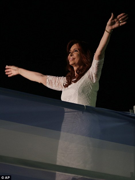 Ondas de la presidenta Cristina Fernández de Argentina después de la entrega de su discurso de despedida frente al palacio presidencial en Buenos Aires