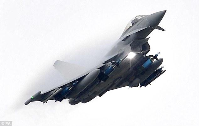 Los diputados votaron a favor de extender los ataques aéreos británicos a Siria (en la foto, un avión Typhoon británico) el 2 de diciembre
