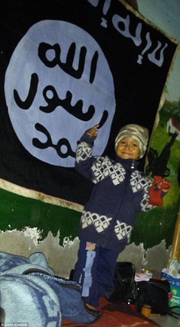 """Otra foto de un joven posando con una pistola de juguete delante de una bandera de ISIS en 2014 y se cree que es Dare del hijo, también lleva una similitud con el niño.  Fue twitteó por londinense Umm Jattab, la viuda adolescente de un luchador ISIS con la leyenda: """"La siguiente generación, Bi'ithnillah (si Dios quiere) '"""