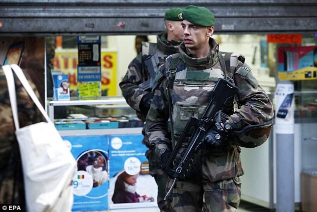 Armado: Oficiais militares montam guarda perto da cena de tomada depois que o homem carregando uma faca tentou introduzir uma delegacia de polícia Paris na Goutte d'Or área, norte de Paris