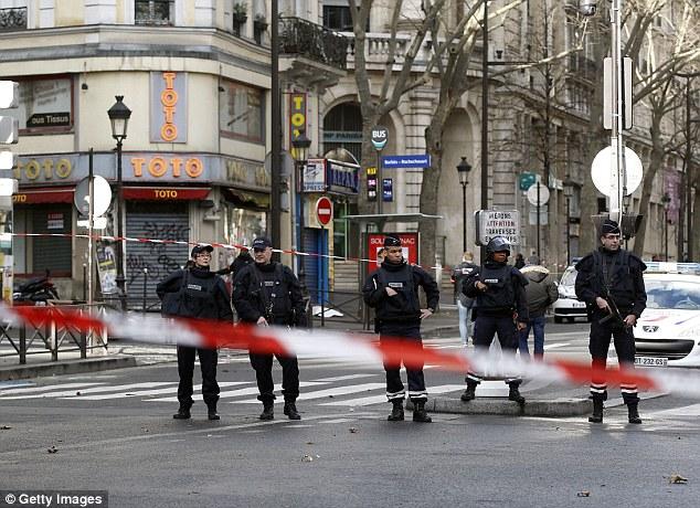 Isolaram: Armado patrulha policial francês perto do Boulevard de Barbes no norte de Paris após o tiroteio
