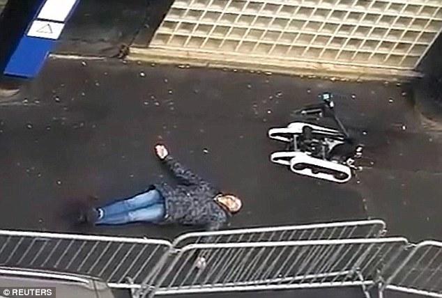 """Morto a tiros: Sallah Ali estava tentando entrar na estação de polícia em Barbes, norte de Paris, gritando """"Allahu Akbar"""" e ameaçando funcionários com uma faca no aniversário dos ataques Charlie Hebdo"""