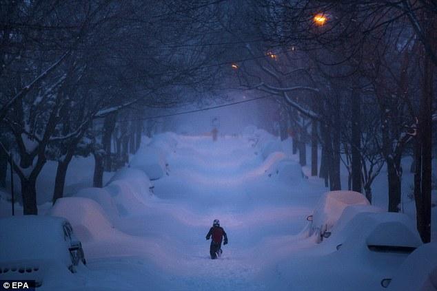 Nevascas, como o que golpeado a Costa Leste neste fim de semana, dobraram em número ao longo dos últimos 20 anos. A partir de 1960-1994, os EUA tinham uma média de nove tempestades de neve por ano. Na foto é Rua 42 no bairro Friendship Heights durante uma grande tempestade de neve em Washington DC este fim de semana