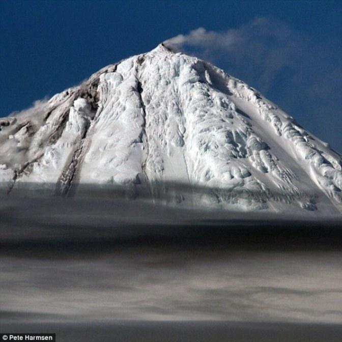 Grappolo unico vulcano australiano (nella foto) ha eruttato, emettendo vapore dalla vetta e versare la lava sopra un ghiacciaio