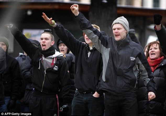 Amenaza: manifestantes neonazis hacen el saludo fascista durante una manifestación en Estocolmo, en diciembre de 2006. A pesar de la creencia popular de que Suecia es un país liberal y sin prejuicios, que también tiene una historia del fascismo