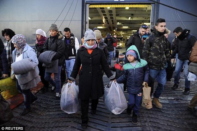 medida dura: Faymann dijo que la policía de fronteras de la UE deben salvar a todos tratando de cruzar el mar Mediterráneo hasta llegar a Grecia, pero luego deportarlos inmediatamente de vuelta a Turquía