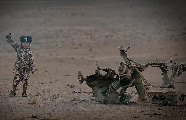 Al final del video, el niño se ve gritando 'Allahu Akbar' junto a los restos del coche bomba