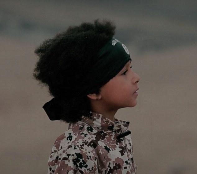Joven Dare (en la foto) le lavaron el cerebro por fanáticos ISIS después de que su madre, de 24 años, quien tenía vínculos con el asesino de Lee Rigby, le trajo a la zona de guerra