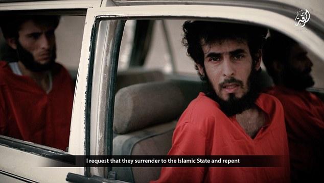 Condenado a morir: Uno por uno, cada prisionero se ve obligado a confesar ya sea espiar o conspirar contra ISIS. Ellos fueron esposados en el interior del coche, con una mirada de miedo en sus ojos