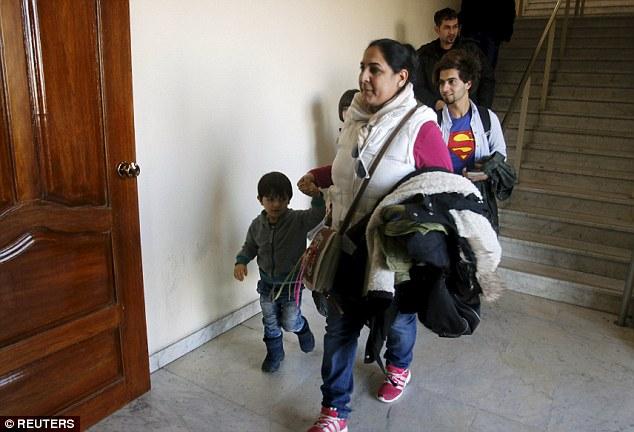 Una mujer y un niño recorren el aeropuerto, donde hasta 5.000 migrantes pueden regresar