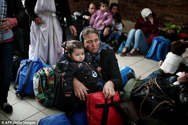 familias afganos esperan en el puerto del Pireo, después de su llegada a partir de las islas de Lesbos y Quíos hoy