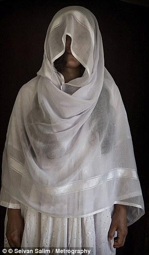 ISIS secuestrado a cientos de mujeres y niñas de Yazidi ciudades en el norte de Irak en agosto de 2014 (en la foto, un liberado yazidi esclava sexual)
