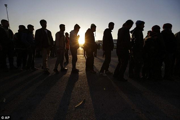 """El esperar en línea: Grecia se está convirtiendo """"en un almacén de almas 'a medida que más países cierran sus fronteras a los inmigrantes, Alexis Tsipras, ha advertido"""
