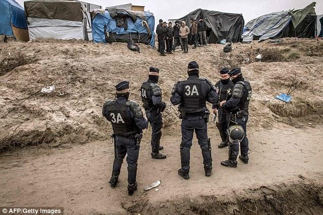 policías antidisturbios franceses CRS En la foto, patrullando el campamento de inmigrantes en Calais selva el domingo