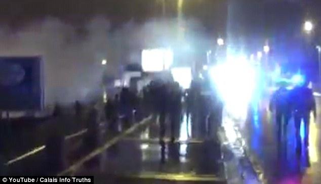 Gilles Debove, un portavoz de la policía sindicalista, dijo que los inmigrantes fueron escroted para detener el tipo de problema que se ha visto en la ciudad antes