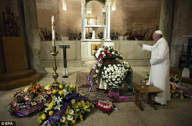 After laying the flowers, the Pope sprinkled the coffin with holy water and remained in prayer for twenty minutes