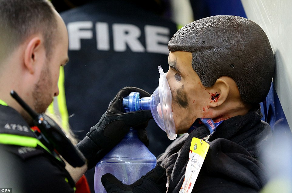 Training: A police officer uses a dummy to practice administering a breathing aid at the scene of the staged emergency