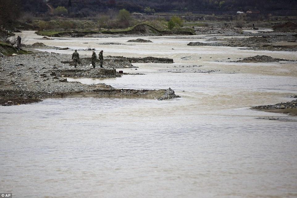 peligroso viaje: Noticias de las muertes se produce después de varios días de fuertes lluvias en la zona fronteriza que tiene ríos hinchados