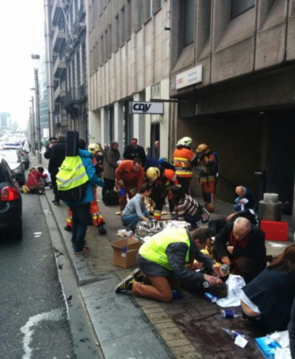 Bravery: Las personas lesionadas son tratados, consolaron y se les da agua por los servicios de emergencia, ya que ayudan a los heridos