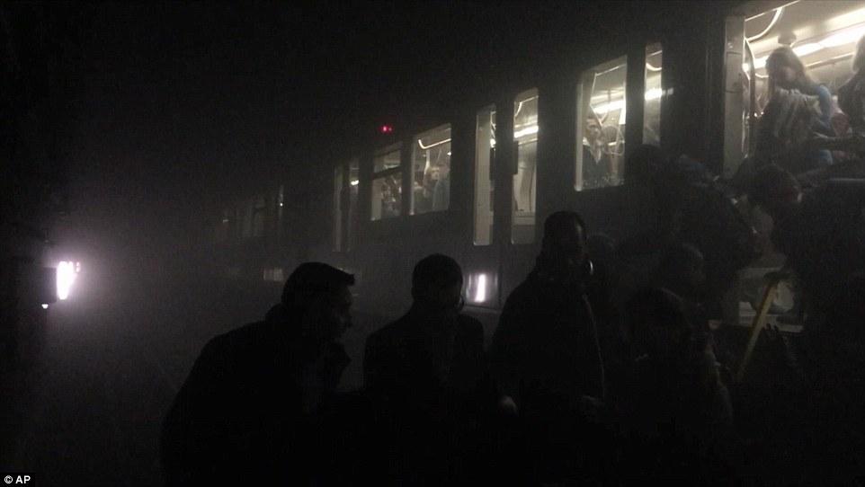 Los sobrevivientes: Viajeros en el metro en el momento de la audición se describe una fuerte explosión antes de que fueran evacuados de trenes (en la foto)