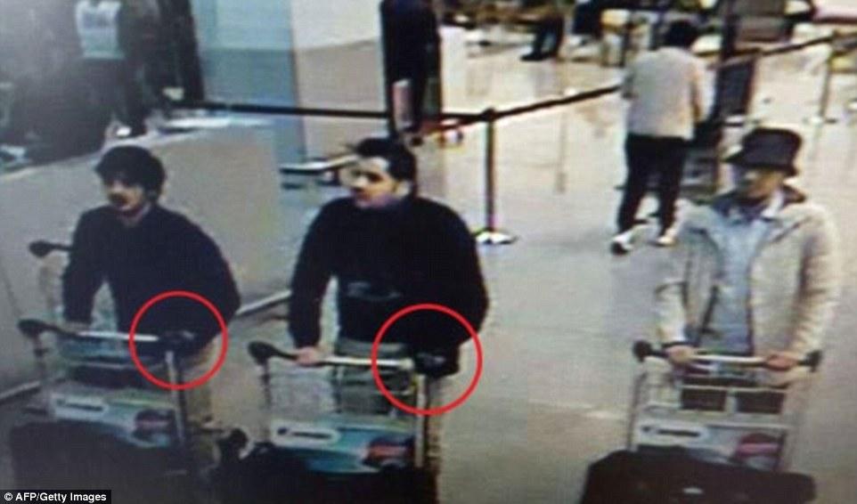"""Primera foto: Bombardero belga Ibrahim El Bakraoui (centro) y experto en explosivos Najim Laachraou (izquierda), ambos con guantes negros para ocultar sus desencadenantes suicidas, mató a 14 en el aeropuerto de Bruselas.  Su cómplice - el """"Hombre de blanco '(derecha) abandonó el aeropuerto y se mantiene en la carrera"""