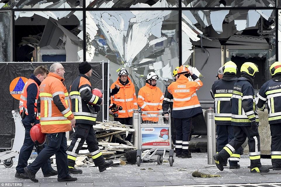 Devastadoras: Los trabajadores continuaron escoger a través de los escombros en el aeropuerto de Bruselas hoy como las ventanas del terminal se mantuvieron en gran medida destrozadas de los dos ataques en la capital belga que ha sacudido a Europa.  ISIS ha reivindicado la autoría de los atentados horribles