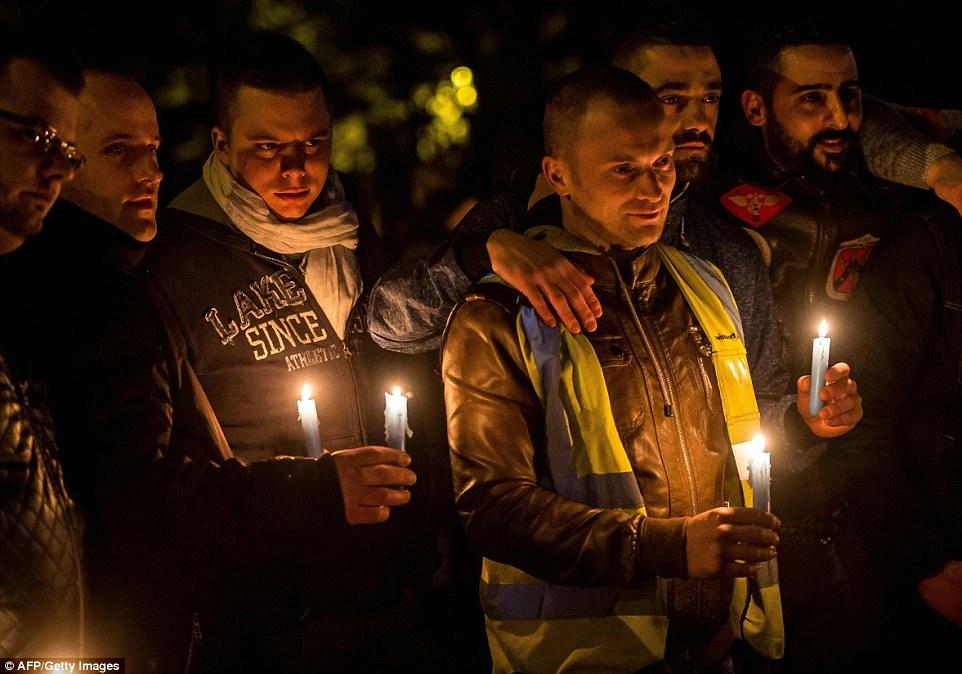 Velas para las víctimas: Un grupo de trabajadores del aeropuerto rinden homenaje a las víctimas de los ataques terroristas Bruselas durante una vigilia celebrada esta tarde