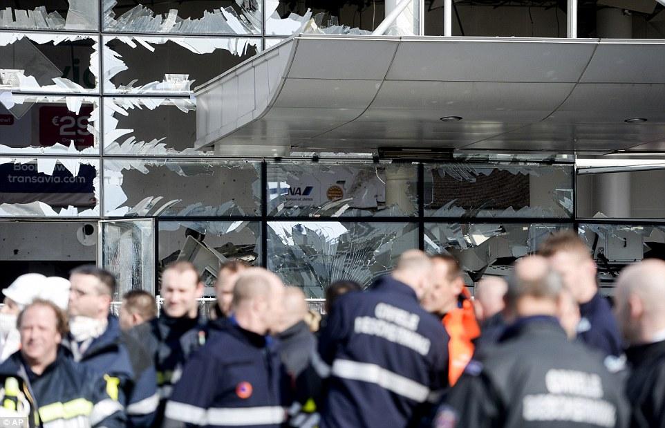 Añicos a un millón de piezas: Las ventanas de terminal en el aeropuerto de Bruselas estaban todas apagadas hoy después de ayer del ataque terrorista