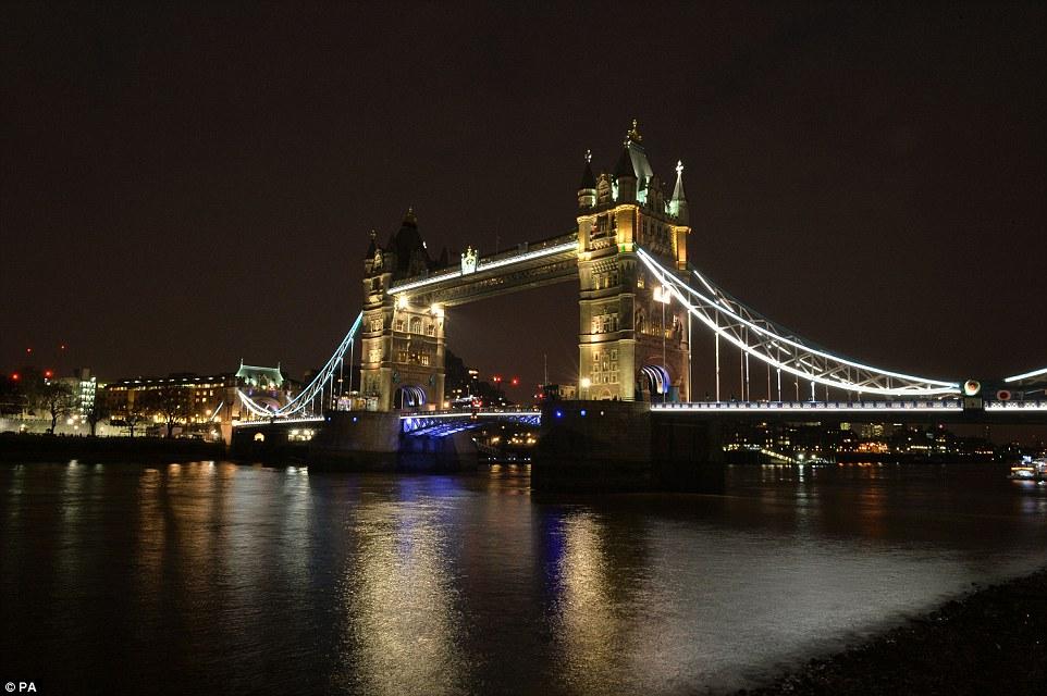 Los pilares del puente de la torre en Londres se iluminaron en una secuencia de rojo, amarillo (en la foto) y negro en señal de respeto a las víctimas