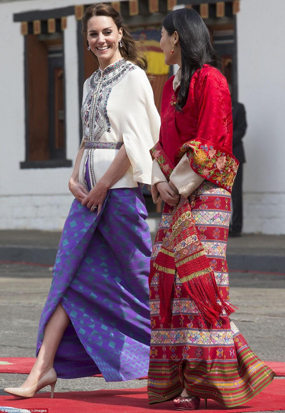 Kate Middleton conversa com a rainha do Butão como andam através do templo Thimpu Dzong no Butão, no dia cinco de sua turnê da Índia