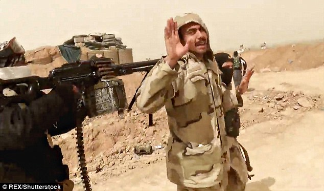 Um oficial do Exército iraquiano é levado para ser executado por combatentes ISIS em um novo vídeo de propaganda, que parece ter sido filmado na província de Anbar, no Iraque