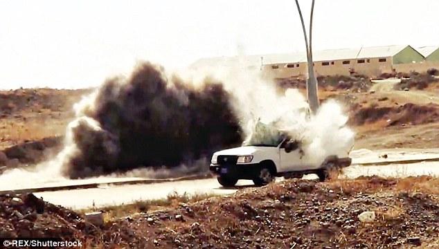 Um clipe no vídeo mostra o momento da explosão de uma veículo governo iraquiano depois de executar mais de uma bomba durante combates na província de Anbar.  Ele vem como ISIS parece estar ficando mais fraca no Iraque e na Síria