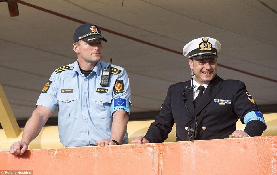 Salvador: Skipper Torger Brenden (izquierda), comandante de la Siem piloto, dijo que su barco ha traído 1.650 migrantes a Palermo desde el jueves