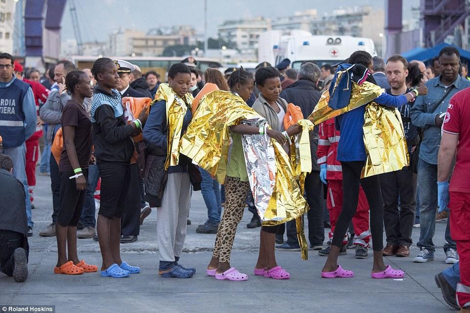 Folletos: Estas mujeres fueron los primeros en desembarcar en el puerto de Palermo, Sicilia, después de que fueron rescatados por el buque militar