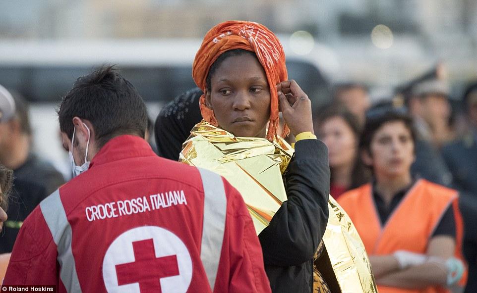 Ayuda: A pesar de que había unos 25 mujeres entre los recién llegados, la gran mayoría eran hombres, entre ellos uno que estaba gravemente enfermo