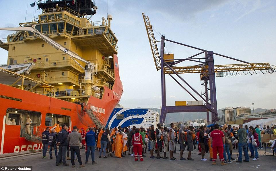 Rescate: MailOnline tuvo acceso exclusivo a una de las naves tienen la tarea de salir a la mar para recoger los botes que luchan migrantes