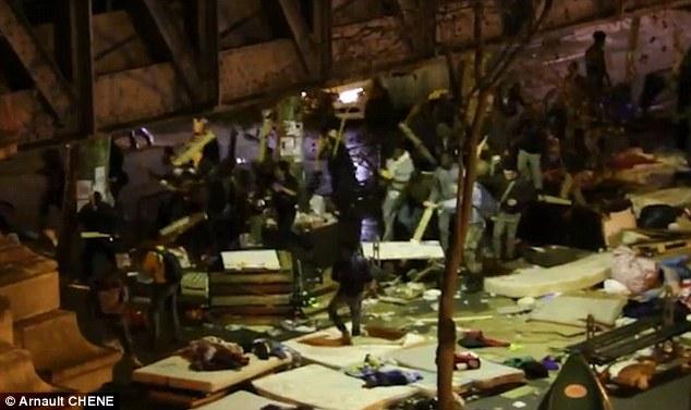 Guerre dans les rues: Sous le métro Stalingrad résidents Paris filmé les scènes choquantes d'en haut