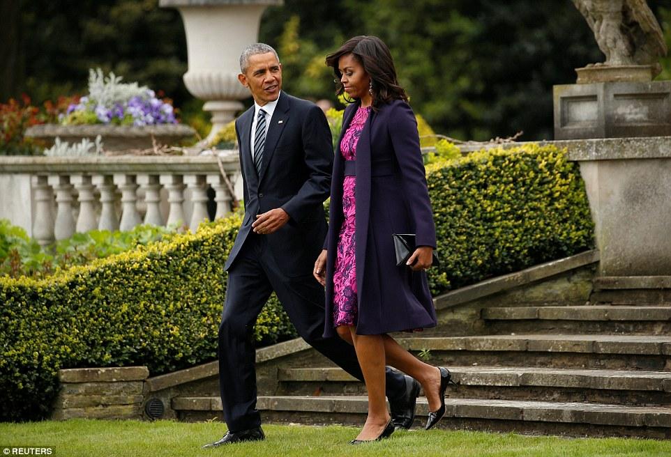 Partindo: Sr. e Sra Obama no gramado do Winfield House, a residência oficial do embaixador dos Estados Unidos em Londres, nesta manhã