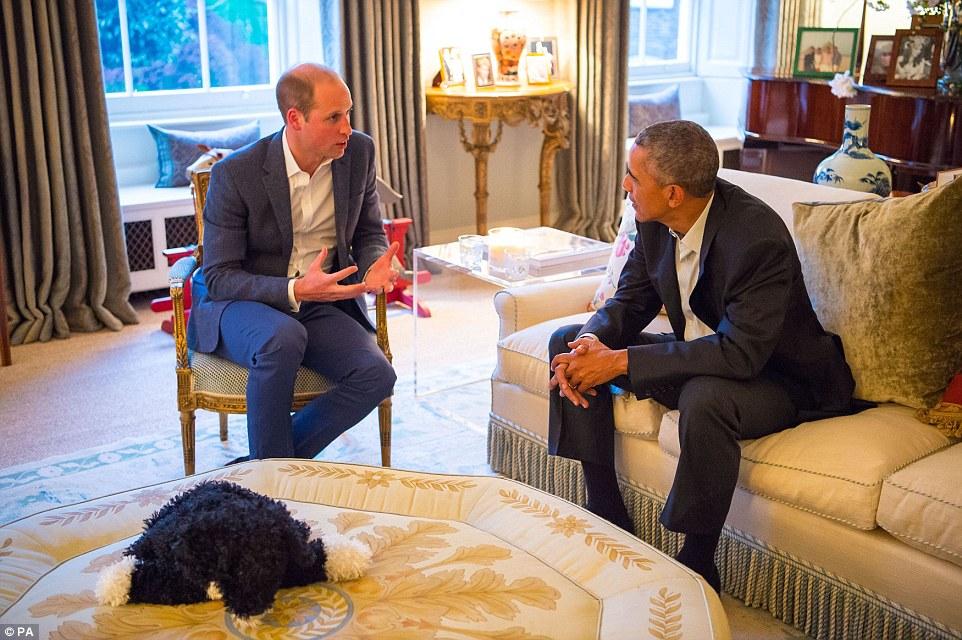 O duque de Cambridge (à esquerda) fala com o presidente dos Estados Unidos Barack Obama na sala de estar de Apartamento 1A Palácio de Kensington, Londres, antes de um jantar privado oferecido pelo duque e da duquesa em sua residência oficial no palácio