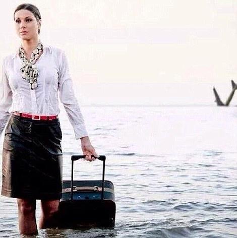 EgyptAir azafata Samar Ezz Eldin había publicado una foto de una azafata de vuelo en frente de un avión de pasajeros de estrellarse en el mar detrás de ella