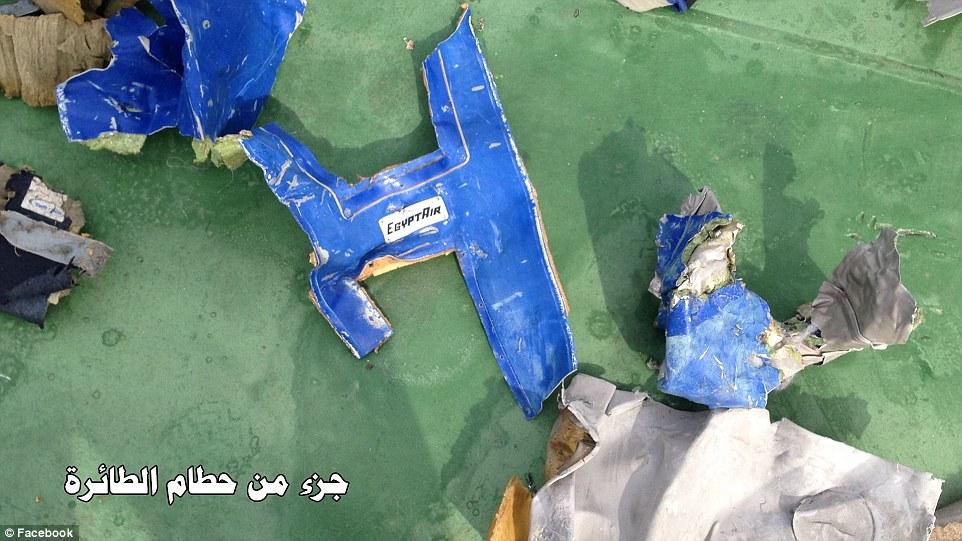 Descubrimiento: twisted paneles de metal de color azul del avión, marcado con EgyptAir la marca, así como prendas de vestir y chalecos salvavidas amarillos han sido recuperados del mar Mediterráneo, donde los buques continúan la búsqueda de los restos