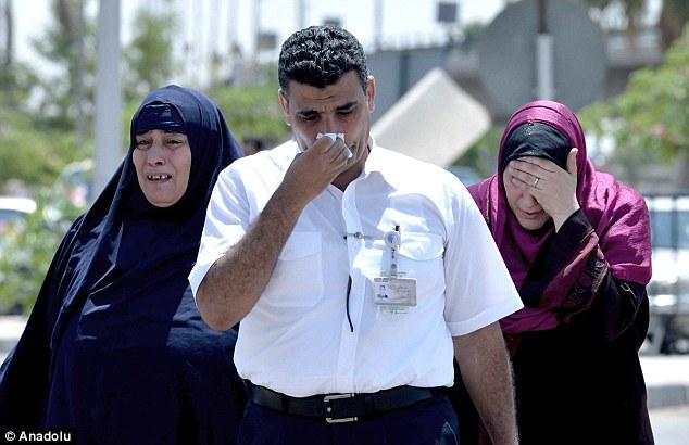 El luto: Los familiares de los pasajeros a bordo del vuelo de EgyptAir se reúnen en El Cairo Aeropuerto, ya que esperar para recibir información sobre sus seres queridos, en las horas siguientes al accidente
