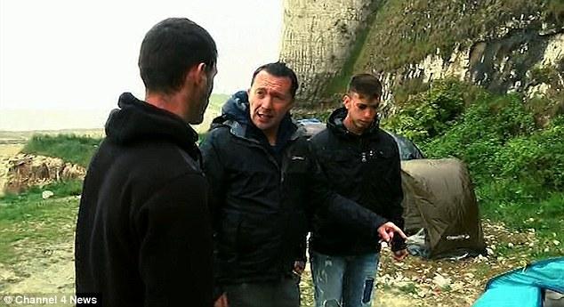 """Landi, albanés de la ONU de 20 años de Edad (en la Foto, a la Derecha) le DIJO al reportero Paraic O'Brien (centro) Que Sólo Queria Un trabajo y Una Casa, """"nada especial"""""""