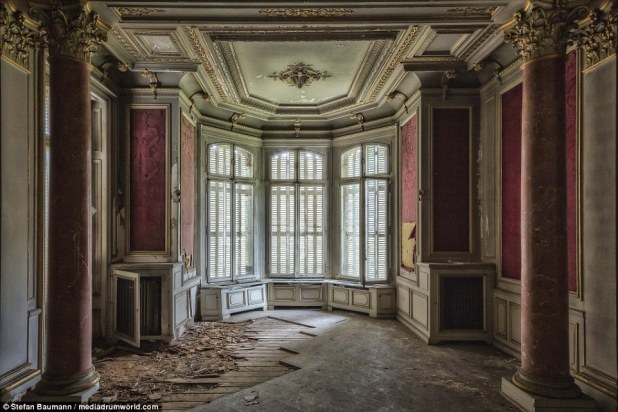 A room with a beautiful oriel window. The villa was formerly owned by an industrial boss. The floor seems to have fared particularly badly while the red marble columns still stand tall